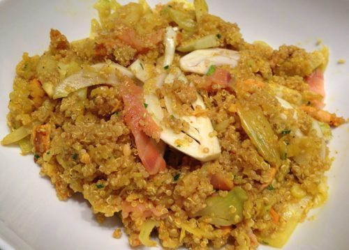 Insalata di quinoa con salmone, porri, finocchi e curcuma