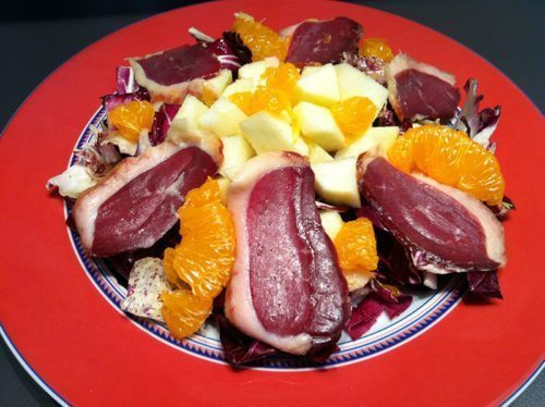Magret d'anatra affumicato con mele, clementine e zenzero