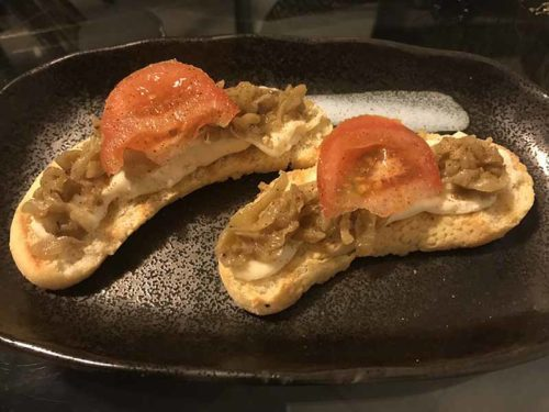 Crostini con gorgonzola, melanzane e pomodoro