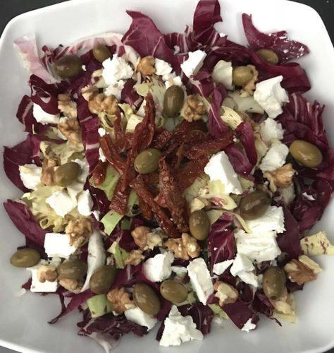 Insalata di radicchi con feta, noci, olive e pomodori secchi