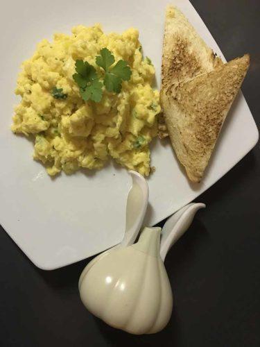 Uova strapazzate al verde