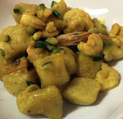 Gnocchi di patate alla curcuma con gamberetti e zucchine