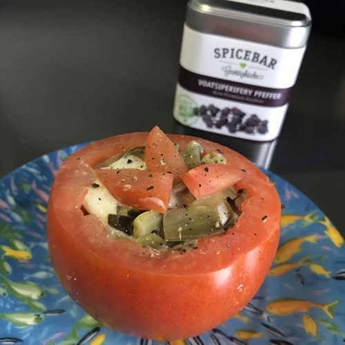 Pomodori ripieni di carciofi con pepe Voatsiperifery di Spicebar