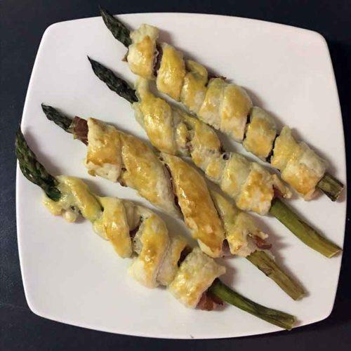 Asparagi in sfoglia con crudo e grana