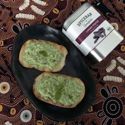 Crostini con crema di peselli e menta con pepe lungo di Spicebar