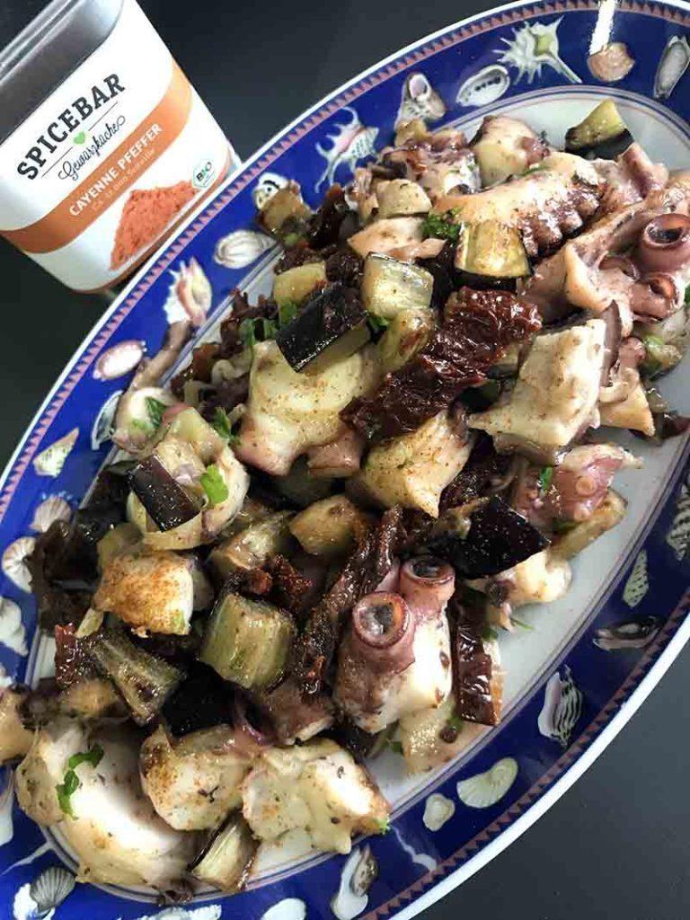 Polpo con pomodori secchi melanzane e pepe di Cayenna di Spicebar