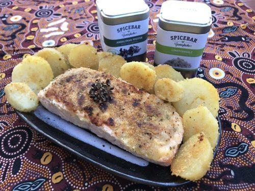 Salmone in crosta con patate sabbiose