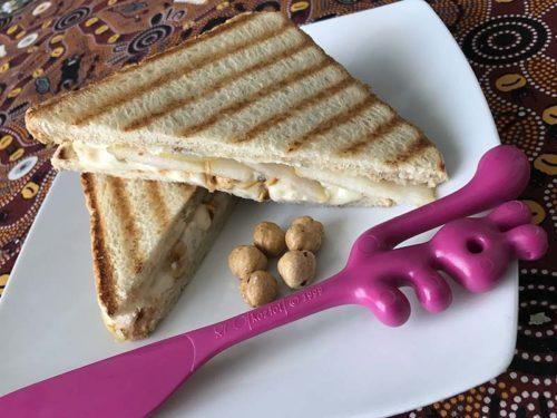 Sandwich gorgonzola e pere con spatola Yummi Koziol