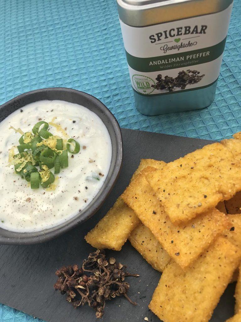 Rettangoli di polenta al forno con salsa allo yogurt con pepe Andaliman di Spicebar
