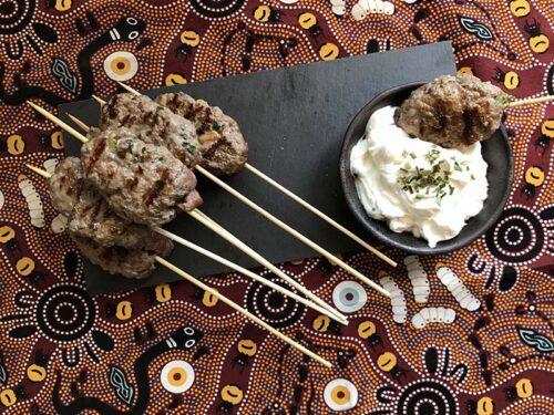 Polpette di carne all'orientale con crema di yogurt greco