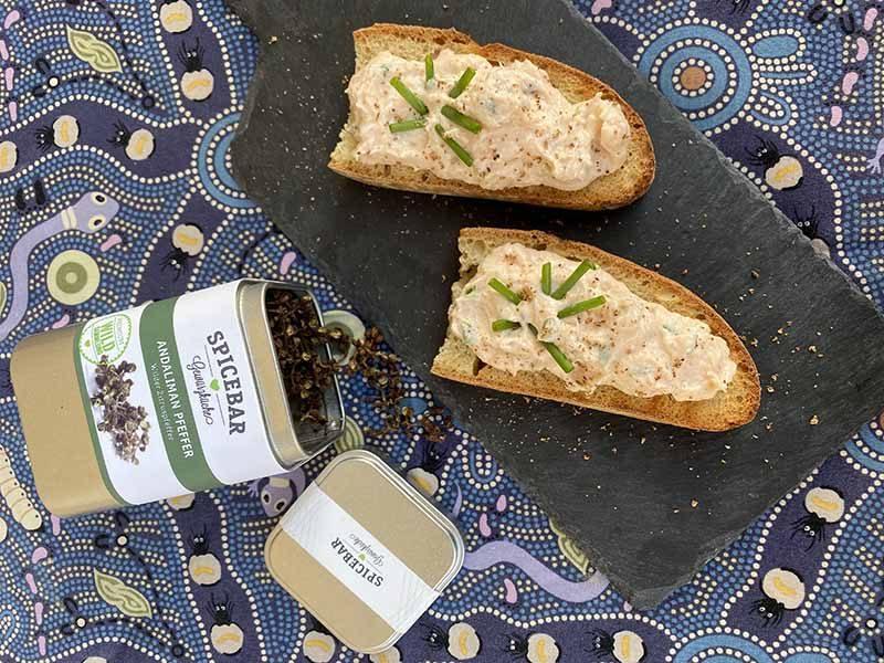 Crostini con mousse di salmone e cipolla egiziana ligure