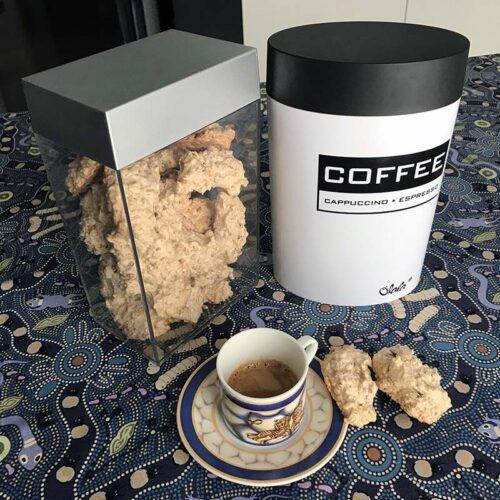 Brutti ma buoni e caffè con barattoli Olalà
