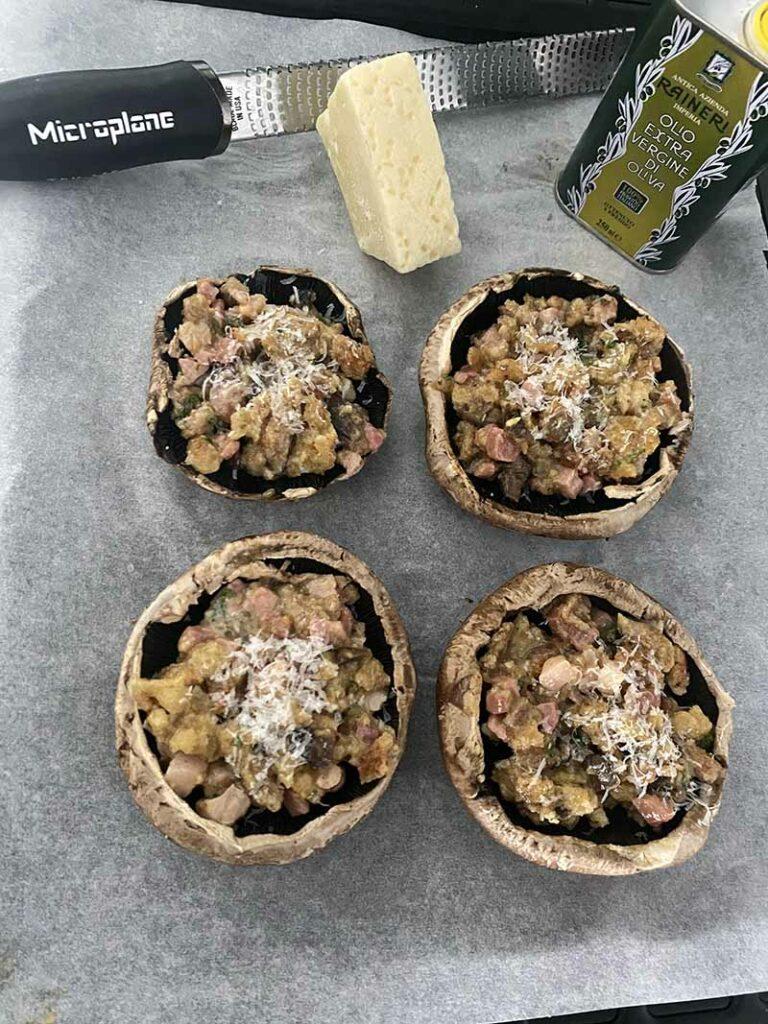 Preparazione dei funghi ripieni con un ottimo olio evo di taggiasca Raineri e l'utlizzo della fantastica Zester di Microplane per grattugiare il pecorino